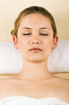 Free Relaxing Woman In A Spa Royalty Free Stock Images - 5572069