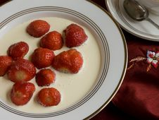 Free Strawberries On Plate Close. Stock Photo - 5576990