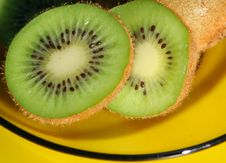 Free Two Slices Of Kiwi Royalty Free Stock Images - 5583029
