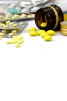 Free Yellow Pills Royalty Free Stock Images - 5621009