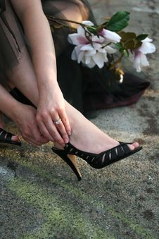 Free A Woman Fastening Her Shoe Royalty Free Stock Photography - 5622847