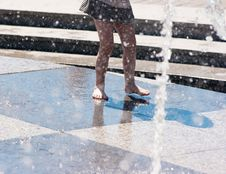 Free Girl S Feet In Gray Skirt Playing In The Fountain Stock Photo - 56325250