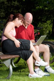 Free Couple On Park Bench With Laptop - Vertical Royalty Free Stock Photography - 5640757