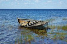 Free Old Wooden Boat Near The Lake Bank Stock Images - 5674964