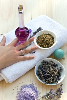 Free Women Hand With Lavender On Th Stock Photos - 5711393
