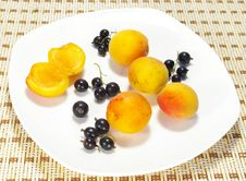 Free Ripe Apricots And Currant Stock Images - 5715504
