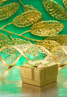 Free Golden Gift Box Royalty Free Stock Images - 5750409