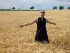 Free The Girl In The Field Royalty Free Stock Images - 5751029