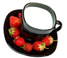 Free Close-up Cup Of Milk And Strawberries Royalty Free Stock Images - 5753019
