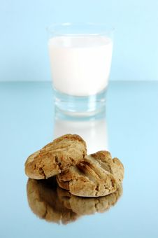 Free Milk And Cookies Royalty Free Stock Photography - 5763897