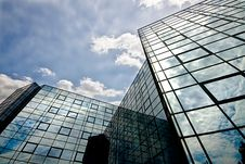 Free Reflecting Office Building Royalty Free Stock Photography - 5766107