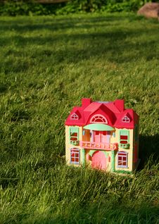 Free Miniature  House On Grass Stock Photos - 5771643
