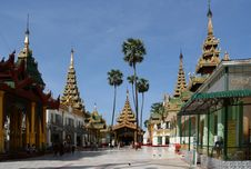 Free The Shwedagon Complex Royalty Free Stock Image - 5793826