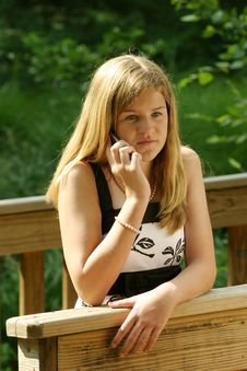 Free Teenage Girl Using Cell Phone Stock Photography - 5816572