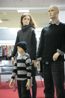 Free Mannequin Family In Shop Royalty Free Stock Image - 5829646