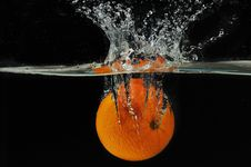Free Splashing Orange Into A Water Royalty Free Stock Images - 5850579