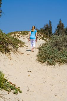 Free Teen Girl Walking Up Sand Dune Royalty Free Stock Images - 5853369