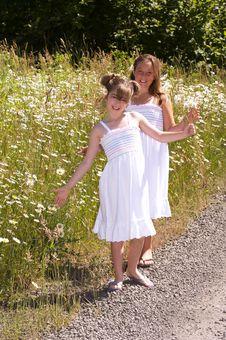 Free Daisy Girls Stock Photos - 5858653