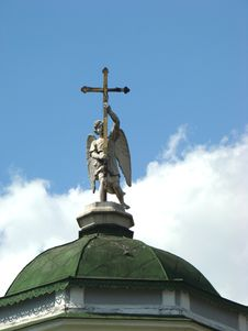 Free Angel With A Cross On A Dome Church Royalty Free Stock Photos - 5895528