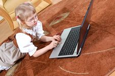 Free Girl With Laptop Royalty Free Stock Photos - 592368