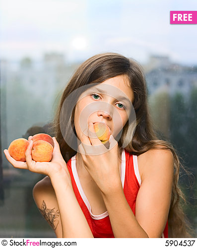 Free Smile Girl Eat Peach Royalty Free Stock Photography - 5904537