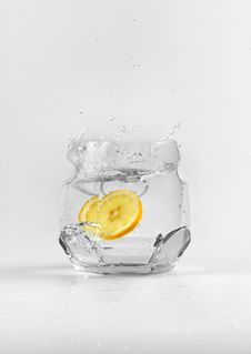 Free Lemon In The Water Royalty Free Stock Images - 5904929