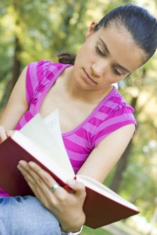 Free Young Woman Reading Outdoor Stock Photos - 5960843