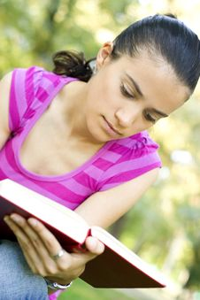 Free Young Woman Reading Outdoor Royalty Free Stock Photos - 5960858