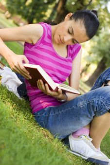 Free Young Woman Reading Outdoor Stock Images - 5960904