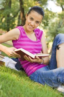 Free Young Woman Reading Outdoor Stock Image - 5960911