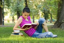 Free Young Woman Reading Outdoor Royalty Free Stock Image - 5960936
