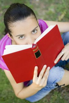 Free Young Woman Reading Outdoor Royalty Free Stock Photo - 5960945