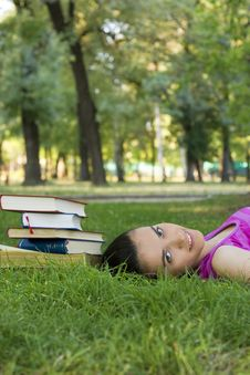 Free Young Woman Reading Outdoor Royalty Free Stock Photography - 5960977