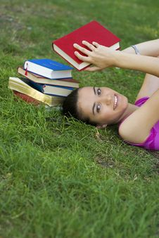 Free Young Woman Reading Outdoor Royalty Free Stock Photos - 5960988