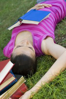Free Young Woman Reading Outdoor Royalty Free Stock Photography - 5960997