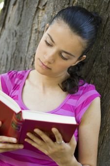Free Young Woman Reading Outdoor Royalty Free Stock Images - 5961009