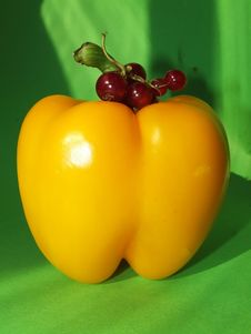Free Yellow Pepper With A Currant Stock Photos - 5966983