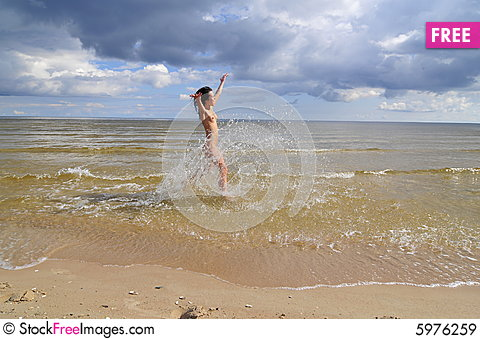 Free Naked Girl Running On The Beach Royalty Free Stock Images - 5976259