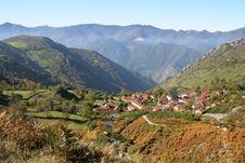 Free Village Between Mountains Royalty Free Stock Photos - 6010438