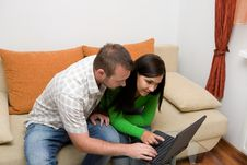Free Couple With Laptop Royalty Free Stock Photos - 6014558