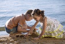 Free Cute Small Boy And Girl Playing In Sand Royalty Free Stock Image - 6043176