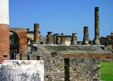 Free Ruins With Multiple Columns Stock Photo - 611650