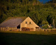 Free Old Wooden Barn Royalty Free Stock Photo - 6104195