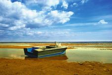Free Boat In A Low Water Royalty Free Stock Photography - 6119787