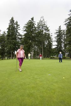 Free Woman Golfing Royalty Free Stock Photography - 6125847