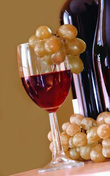 Red Wine With Colden Grapes Cluster Stock Photos