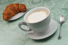 Free Cappuccino And Croissant Royalty Free Stock Photography - 6167427