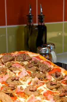 Free Gourmet Meat Lover S Pizza Royalty Free Stock Images - 6189439