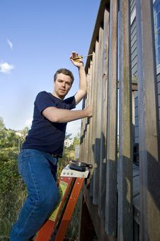 Free Man Repairing Siding - Vertical Royalty Free Stock Photography - 6202087