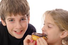 Free Brother And Sister Eating A Doughnut Royalty Free Stock Photos - 6239908